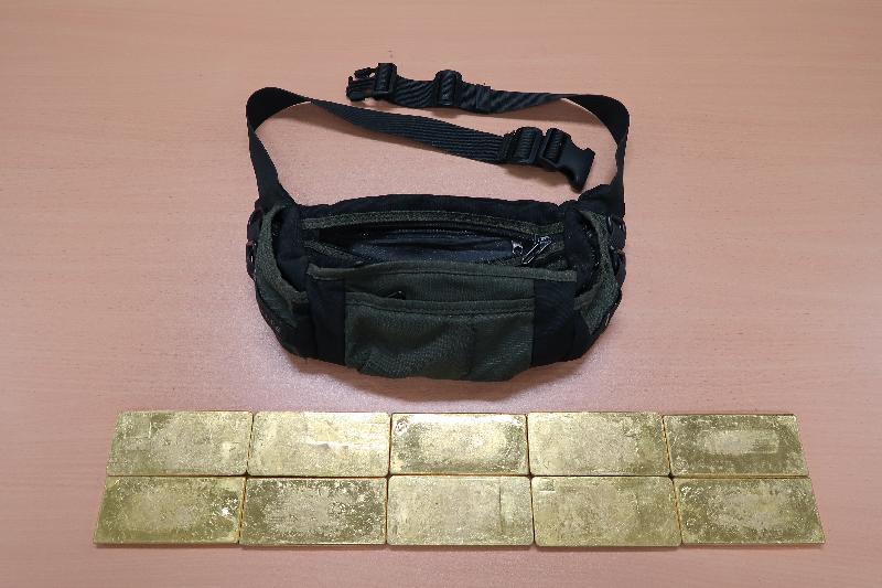 香港海關昨日(十一月二十三日)在文錦渡管制站一輛入境中型貨車上檢獲十塊共重約十公斤的懷疑走私黃金,估計市值約三百三十萬元。