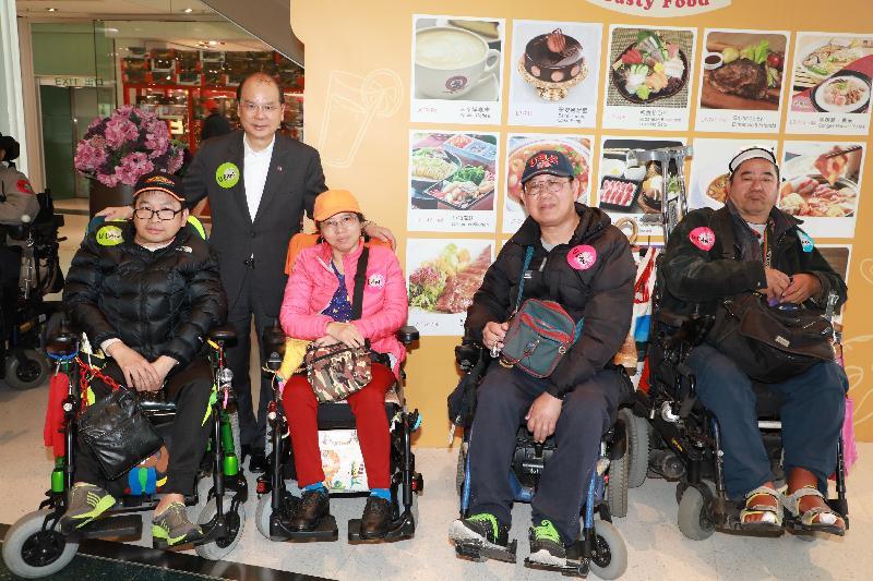 政務司司長張建宗(後排)今日(十一月二十四日)出席路向四肢傷殘人士協會「U CAN無限可能」啟動禮,並與參加者合照。