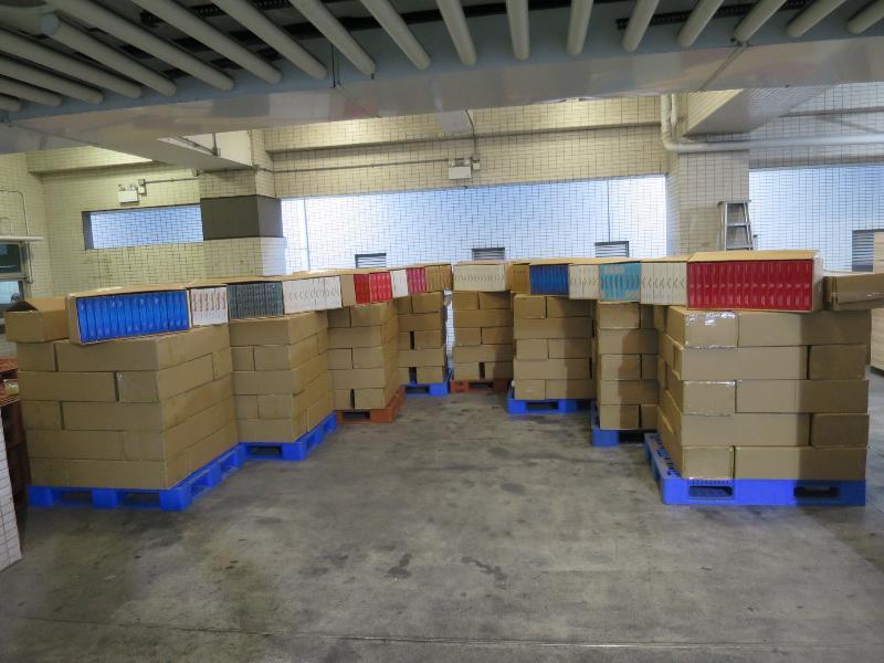 香港海關今日(十一月二十四日)在落馬洲管制站一輛入境貨車上檢獲約一百二十萬支懷疑私煙。