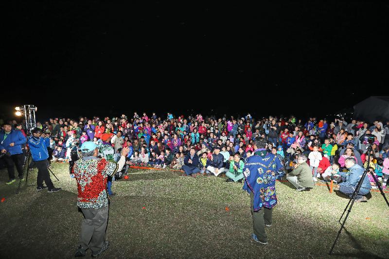 漁農自然護理署及香港童軍總會今明兩日(十一月二十五及二十六日)在西貢東郊野公園萬宜水庫西壩舉行「綠色親子大露營」,慶祝郊野公園成立四十周年。圖示環境局局長黃錦星於晚會上與參加者一同參與互動遊戲,推廣戶外活動時要愛護郊野公園的信息。