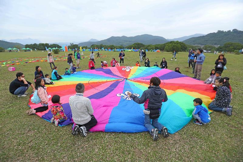 漁農自然護理署及香港童軍總會今明兩日(十一月二十五及二十六日)在西貢東郊野公園萬宜水庫西壩舉行「綠色親子大露營」,慶祝郊野公園成立四十周年。圖示參加者參與遊戲。