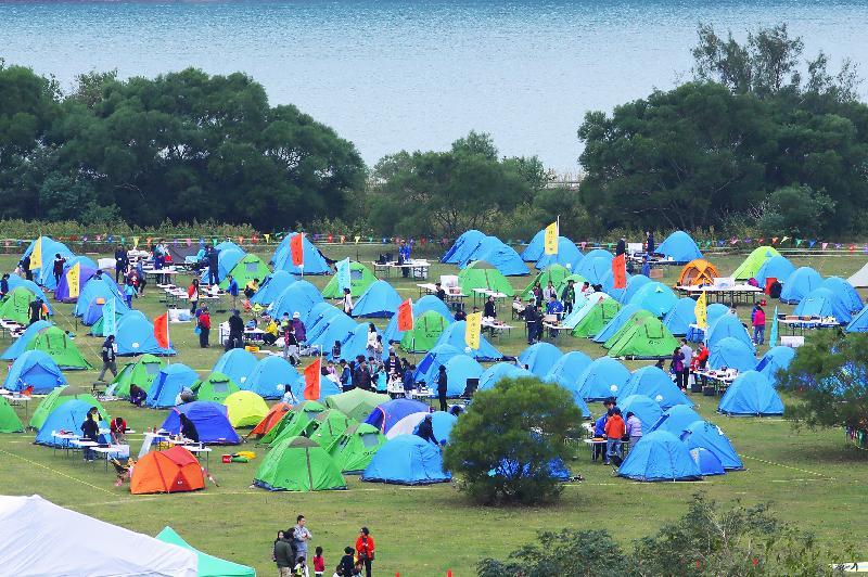 漁農自然護理署及香港童軍總會今明兩日(十一月二十五及二十六日)在西貢東郊野公園萬宜水庫西壩舉行「綠色親子大露營」,慶祝郊野公園成立四十周年。圖示部分參加者的營帳。