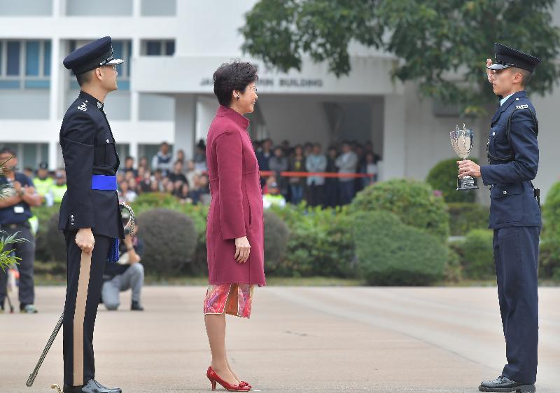 行政長官林鄭月娥(中)今日(十一月二十五日)上午在香港警察學院結業會操上頒發最優秀學員獎。