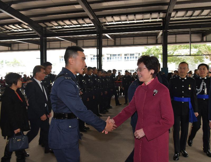 行政長官林鄭月娥(右)今日(十一月二十五日)上午在香港警察學院結業會操上檢閱見習督察和學警後,與結業學員會面。