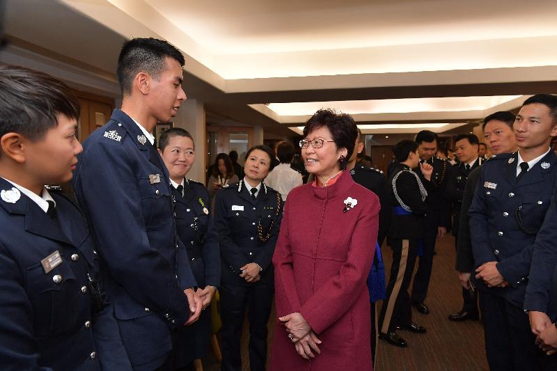行政長官林鄭月娥今日(十一月二十五日)上午在香港警察學院結業會操上檢閱見習督察和學警後,與見習督察交談。