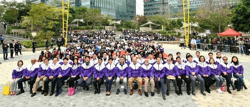 行政長官林鄭月娥今日(十一月二十五日)出席法律周2017和「青Teen講場」2017開幕禮。圖示林鄭月娥(前排左九)與出席活動的學生、老師和其他嘉賓合照。