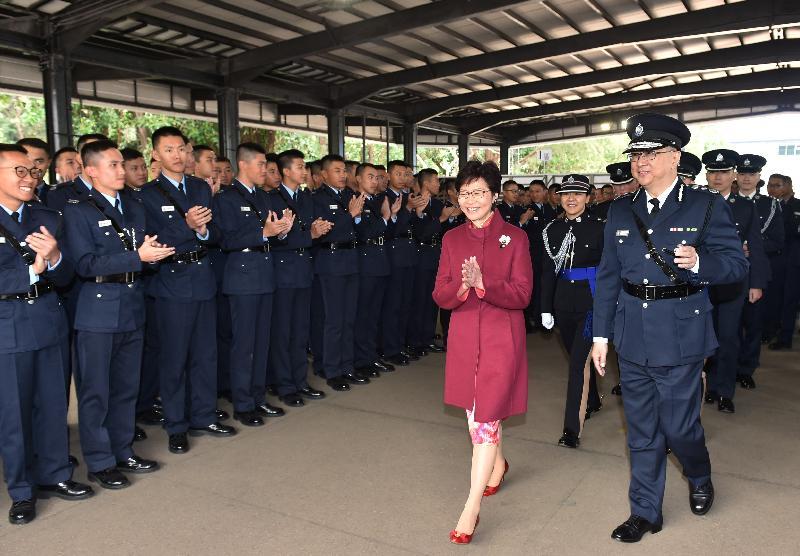 結業會操後,行政長官林鄭月娥在警務處處長盧偉聰陪同下,與結業學員會面。