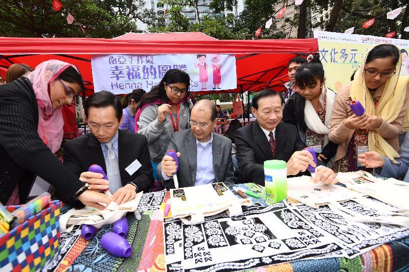 政務司司長張建宗今日(十一月二十六日)出席「滙豐香港社區節2017」開幕典禮。圖示張建宗(左四)參觀展覽。
