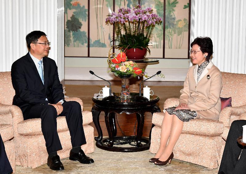 行政長官林鄭月娥(右)今日(十一月二十七日)下午在禮賓府與北京市代市長陳吉寧(左)會面。