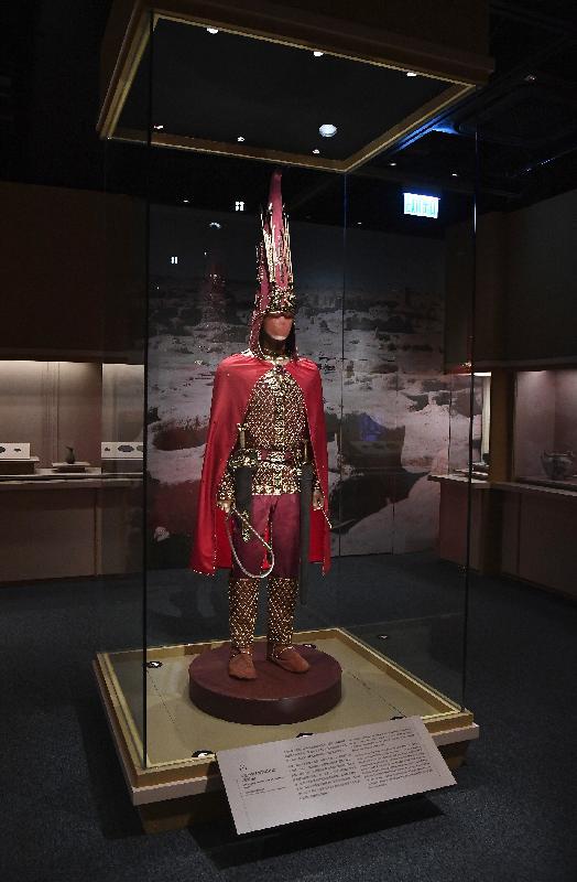 「綿亙萬里——世界遺產絲綢之路」展覽今日(十一月二十八日)於香港歷史博物館開幕。圖為展覽中展示的伊塞克金人服飾和武器的複製品。