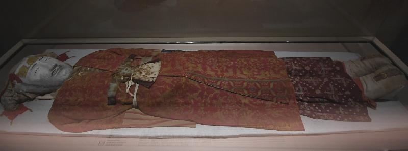 「綿亙萬里——世界遺產絲綢之路」展覽今日(十一月二十八日)於香港歷史博物館開幕。圖為展覽中展示的營盤墓貴族服飾。