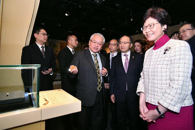 行政長官林鄭月娥今日(十一月二十八日)出席「綿亙萬里--世界遺產絲綢之路」展覽開幕典禮。圖示林鄭月娥(右一)參觀展覽。