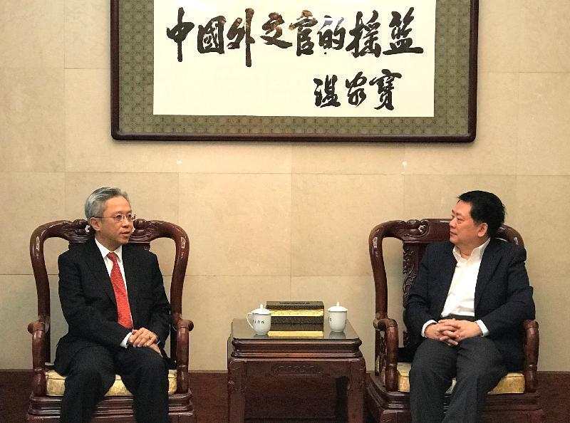 公務員事務局局長羅智光(左)今日(十一月二十九日)拜訪外交學院,與院長秦亞青教授(右)會面。