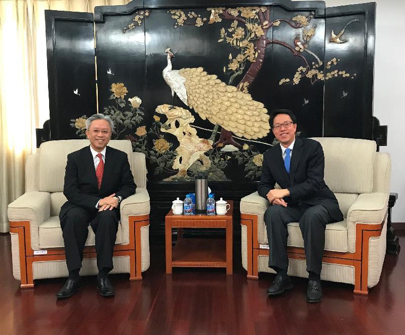 公務員事務局局長羅智光(左)今日(十一月二十九日)拜訪國務院港澳事務辦公室,與主任張曉明(右)會面。
