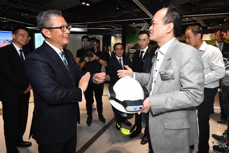 財政司司長陳茂波今日(十一月二十九日)出席建造業創新及科技應用中心開幕典禮。圖示陳茂波(左)在開幕典禮前參觀展覽。