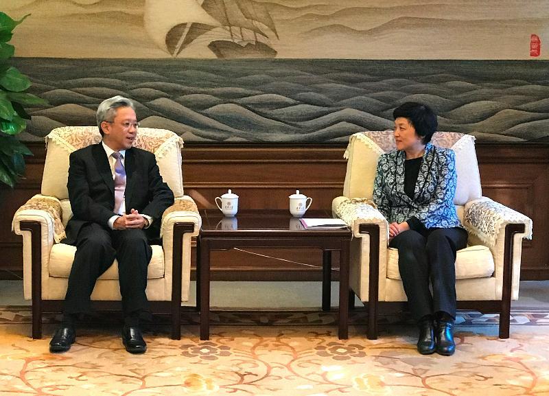 公務員事務局局長羅智光(左)今日(十一月三十日)拜訪清華大學,與校務委員會主任陳旭教授會面。