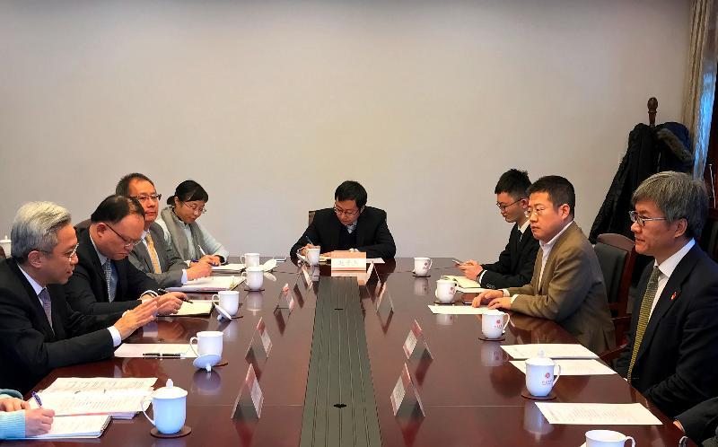 公務員事務局局長羅智光(左一)今日(十一月三十日)拜訪北京大學,與副校長王博教授(右一)會面。