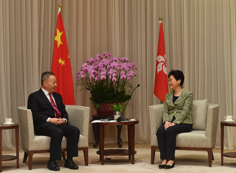 行政長官林鄭月娥(右)今日(十一月三十日)下午在行政長官辦公室與海南省省長沈曉明會面。