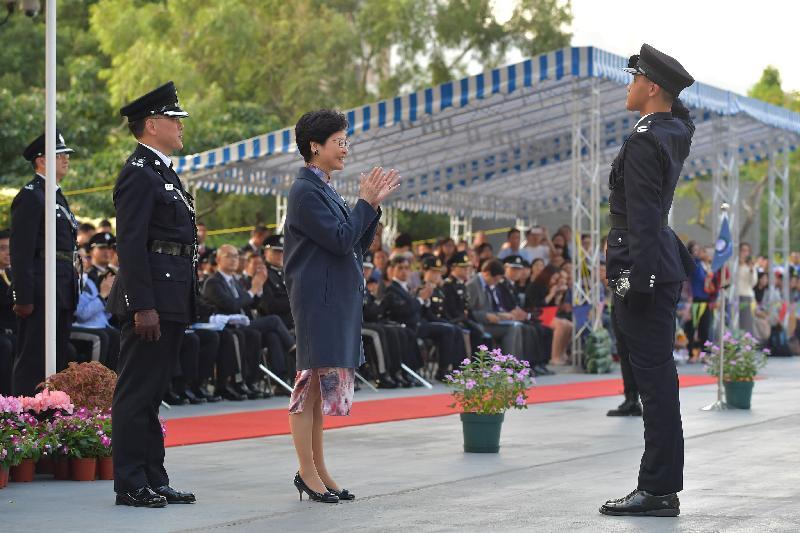 行政長官林鄭月娥今日(十二月一日)下午在入境事務學院結業會操上頒發「最佳學員盾」。
