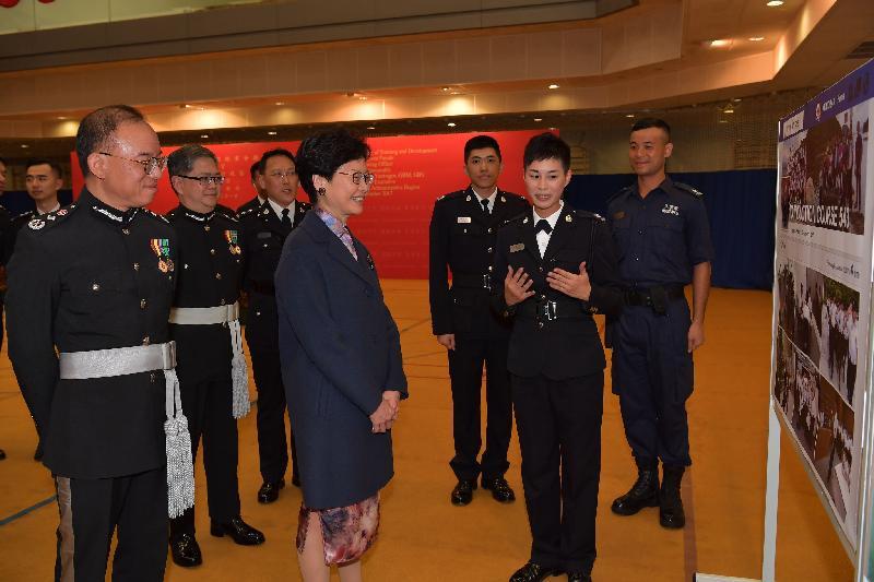 行政長官林鄭月娥今日(十二月一日)下午出席入境事務學院結業會操後,與見習入境事務主任交談。