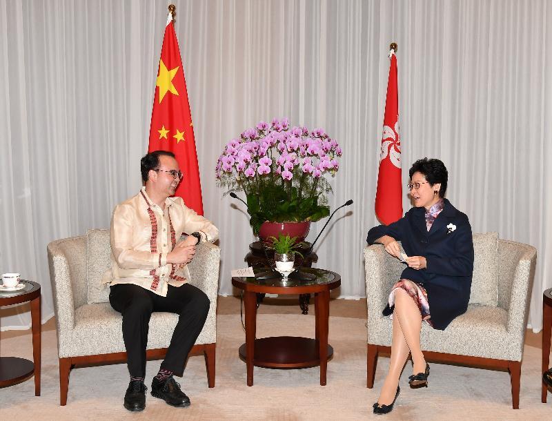 行政長官林鄭月娥(右)今日下午(十二月一日)在行政長官辦公室與菲律賓外長卡耶塔諾(左)會面。