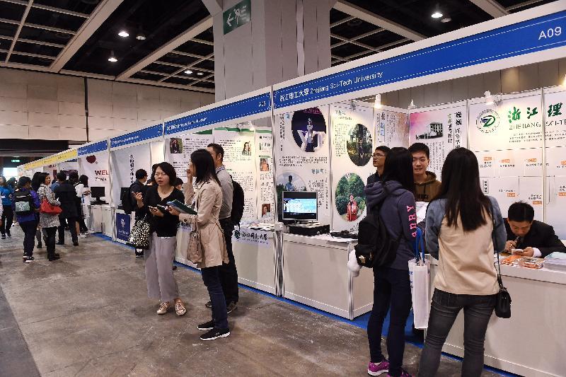 由教育局和國家教育部聯合舉辦的「2017內地高等教育展」今日(十二月二日)起一連兩日於灣仔香港會議展覽中心舉行。圖示市民參觀教育展,了解到內地升學的詳情。