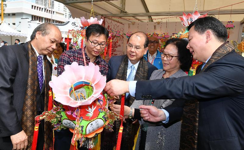 政務司司長張建宗(中)今日(十二月二日)主持「第二屆香港‧佛山節」開幕禮後參觀展覽。
