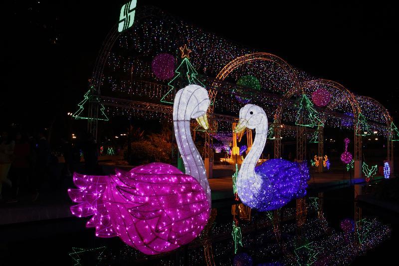 「慶祝香港特別行政區成立二十周年——沙田節日燈飾亮燈晚會」十二月九日(星期六)在沙田公園結客場舉行。圖示去年晚會的部分燈飾。