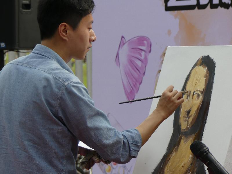 街頭藝墟「藝聚西貢」於十二月九日及十日(星期六及日),下午十二時三十分至六時在西貢市中心舉行。圖示於去年藝墟的快速繪畫示範。