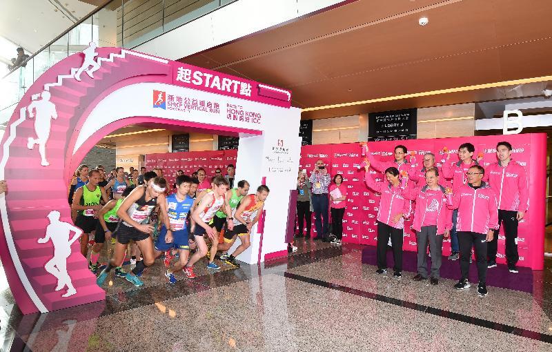政務司司長張建宗今日(十二月三日)出席「新地公益垂直跑--勇闖香港ICC」啟動禮。圖示張建宗(前排中)與其他主禮嘉賓主持起跑儀式。