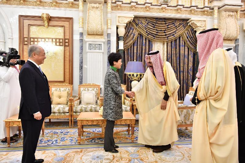 行政長官林鄭月娥(右三)今日(利雅德時間十二月三日)在沙特阿拉伯利雅德與沙特阿拉伯國王薩勒曼‧本‧阿卜杜勒阿齊茲‧阿勒沙特(右二)會面。香港交易及結算所有限公司主席周松崗(右四)亦有出席。