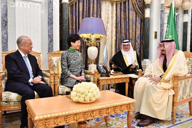 行政長官林鄭月娥(左二)今日(利雅德時間十二月三日)在沙特阿拉伯利雅德與沙特阿拉伯國王薩勒曼‧本‧阿卜杜勒阿齊茲‧阿勒沙特(右一)會面。香港交易及結算所有限公司主席周松崗(左一)亦有出席。