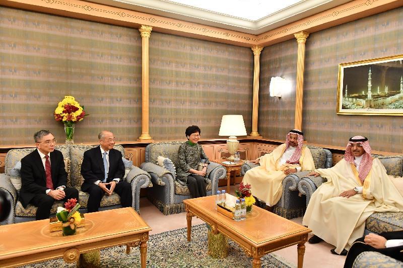 行政長官林鄭月娥(中)今日(利雅德時間十二月三日)在財經事務及庫務局局長劉怡翔(左一)和香港交易及結算所有限公司主席周松崗(左二)的陪同下,在沙特阿拉伯利雅德與沙特阿拉伯能源、工業和礦產大臣兼沙特阿美董事長法利赫(右二)及沙特阿拉伯財政大臣穆罕默德‧賈丹(右一)會面。