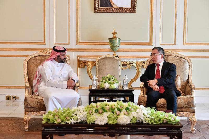 財經事務及庫務局局長劉怡翔(右)今日(利雅德時間十二月三日)在沙特阿拉伯利雅德與沙特阿拉伯資本市場管理局主席 Mohammad El-Kuwaiz會面。