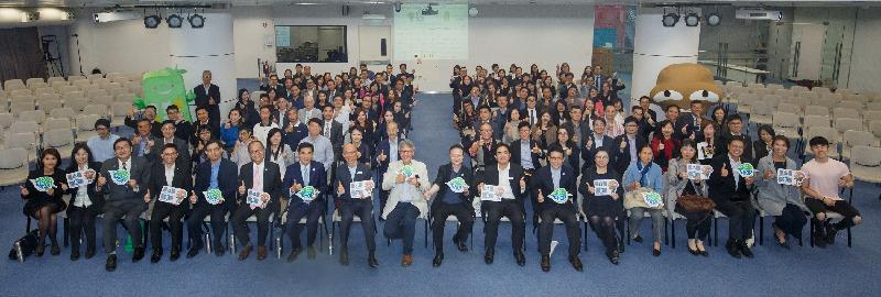 環境局局長黃錦星(第一排,左八)、香港綠色建築議會執行董事陳永康(第一排,左九)及來自商界和零售業界的持份者今日(十二月四日)在都市固體廢物收費研討會合照。該研討會由環境保護署及香港綠色建築議會合辦,以協助工商業界為將來實施都市固體廢物收費做好準備。