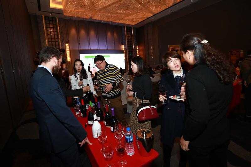 香港特別行政區政府駐武漢經濟貿易辦事處轄下駐河南聯絡處今日(十二月四日)在鄭州市舉辦「豫港葡萄酒業交流會」。圖示交流會現場。