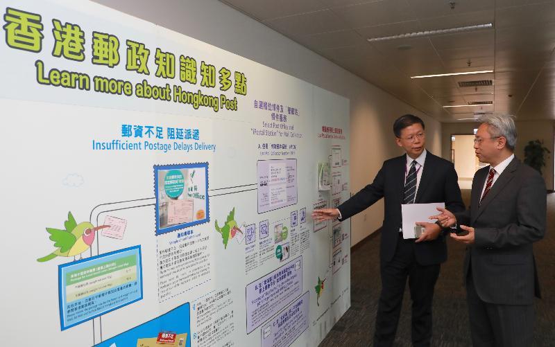 公務員事務局局長羅智光今日(十二月五日)到訪香港郵政。圖示羅智光(右)與香港郵政署長梁松泰(左)會面,了解部門的工作。