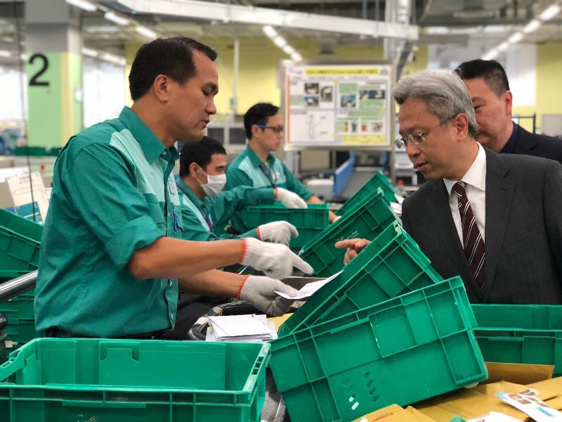 公務員事務局局長羅智光(右)今日(十二月五日)到訪香港郵政,了解部門的工作。