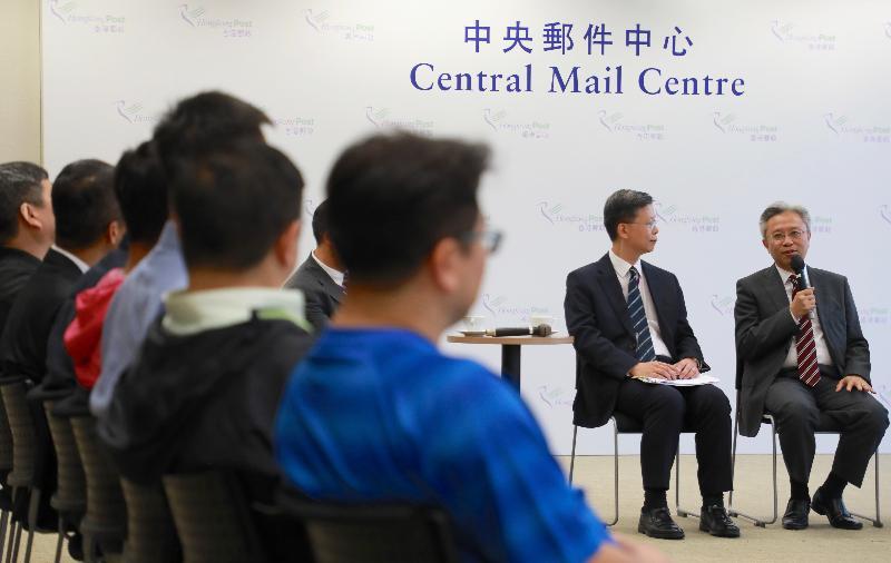 公務員事務局局長羅智光(右一)今日(十二月五日)到訪香港郵政,與部門各職系的員工代表茶敍,就他們關注的事宜交換意見。