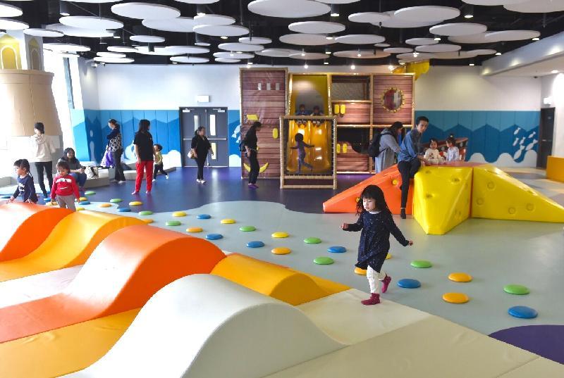 青衣西南康體大樓今日(十二月五日)正式開幕,大樓設有全港最大、以海洋為主題的公共兒童遊戲室。