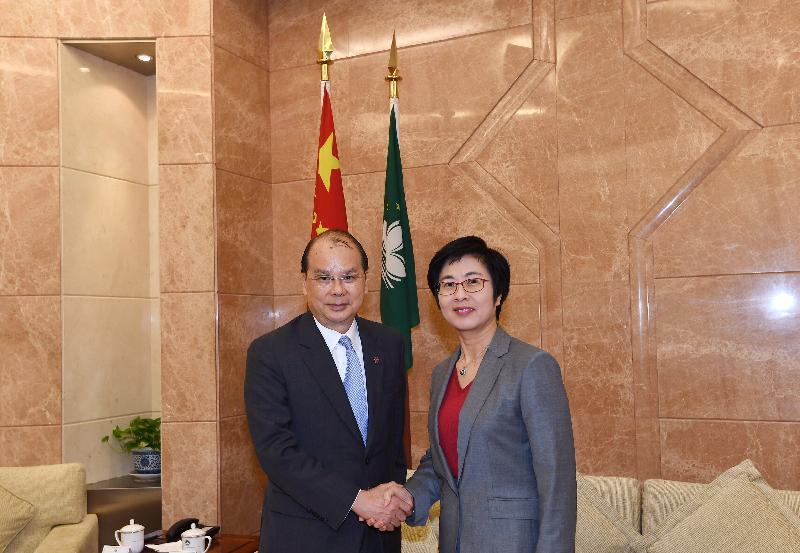 政務司司長張建宗(左)今日(十二月五日)在澳門與澳門特別行政區行政法務司司長陳海帆會面。
