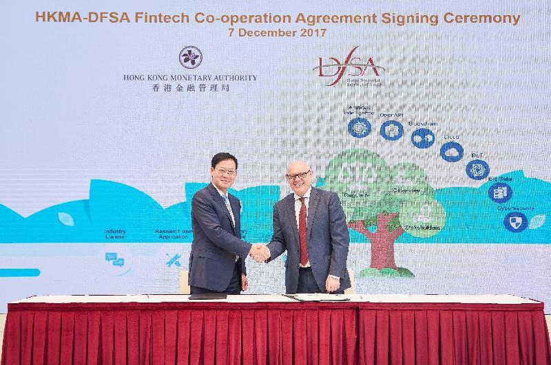 香港金融管理局助理總裁(金融基建)李樹培(左)和迪拜金融服務管理局總裁莊思滔(右)今日(十二月七日)簽署《合作協議》,加強雙方在金融科技上的合作,以促進兩地金融創新。