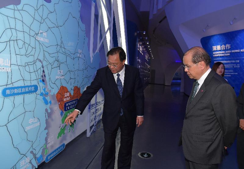 政務司司長張建宗今日(十二月七日)訪問深圳前海。圖示張建宗(右)參觀前海展示廳並聽取前海管理局局長杜鵬(左)介紹前海發展。