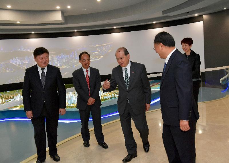 政務司司長張建宗今日(十二月七日)訪問深圳前海。圖示張建宗(左三)在香港特別行政區政府駐粵經濟貿易辦事處主任鄧家禧(左二)陪同下參觀前海展示廳。