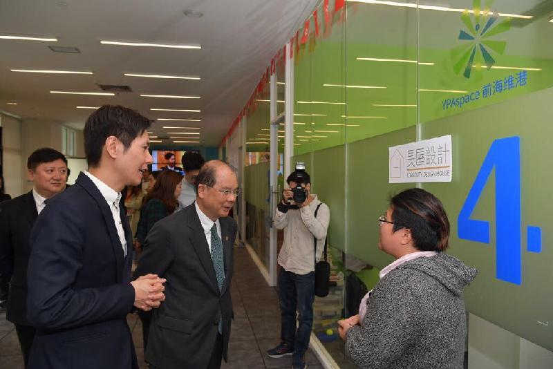 政務司司長張建宗(左三)今日(十二月七日)在深圳參觀前海深港青年夢工場。