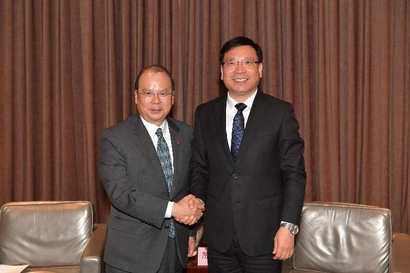 政務司司長張建宗(左)今日(十二月七日)在深圳與深圳市市長陳如桂會面。