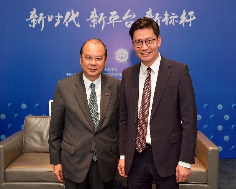 政務司司長張建宗今日(十二月七日)在深圳見證由香港的銀行分別在前海成立的兩家合資證券公司的開業儀式。圖示張建宗(左)與東亞銀行有限公司副行政總裁李民斌合照。