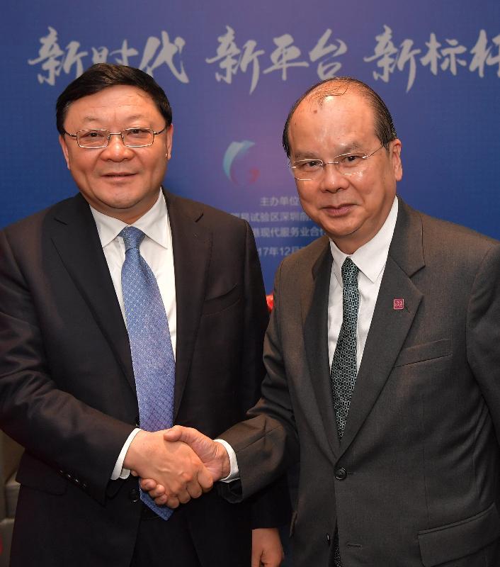 政務司司長張建宗今日(十二月七日)在深圳見證由香港的銀行分別在前海成立的兩家合資證券公司的開業儀式。圖示張建宗(右)在儀式前與深圳市委書記王偉中握手。