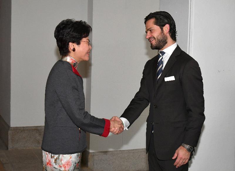行政長官林鄭月娥(左)今日(十二月七日)上午在禮賓府與瑞典王子卡爾‧菲利普(右)會面。