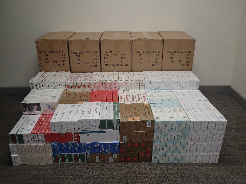 香港海關十二月五日至今日(十二月七日)在全港各區採取代號「鐵鎚」的行動,打擊私煙貯存及分銷活動,檢獲約六十八萬支懷疑私煙,估計市值約一百八十萬元,應課稅值約一百三十萬元。圖示在旺角檢獲的懷疑私煙。